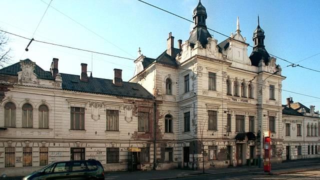 Zpustlý stav architektonicky cenné budovy byl na první pohled patrný už v roce 2001. V roce 2012 je stav už tragický.