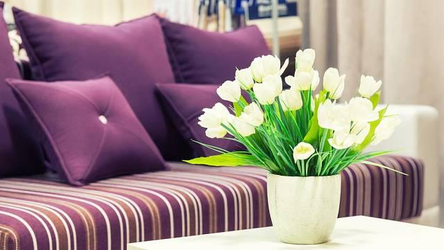 Místo spousty nepotřebných zbytečností vyzdobte svůj domov květinami. Zkrášlí jej mnohem více a ještě působí čistě a svěže.