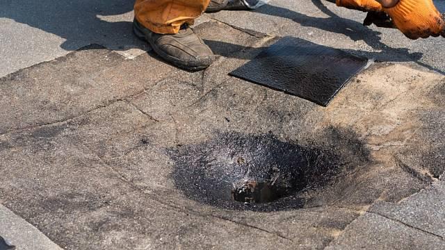 Plochá střecha potřebuje mít všechno provedené dokonale. Třeba vstupy odvodnění bývají problém.