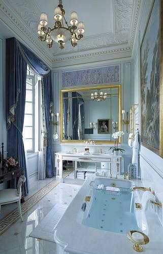 Shangri-La, Paříž. Klasické svítidlo s textilními stínítky je vyrobeno prostřednictvím mnoha tradičních historických postupů: odléváním mosazných ramen do písku, ručním foukáním skla či ručním broušením skleněných dílů.