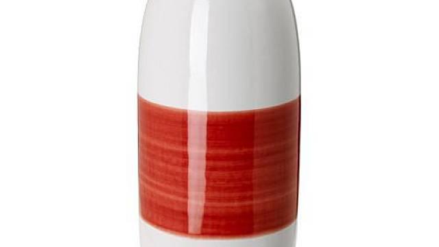 Interiérové doplňky by měly opakovat barvy ústředního motivu, ať už je jím koberec nebo obraz. Bílé keramické vázy Knaprig z IKEA zdobí barevné pruhy. Menší váza se žlutým pruhem je vysoká 14 cm, vyšší váza s červeným pruhem 27 cm a společně vytvářejí ...