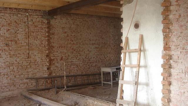 Rekonstrukce domu z 30. let se začíná prodlužovat.
