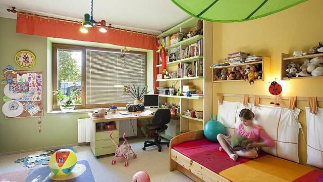 Dětský pokoj je zařízený nábytkem z IKEA