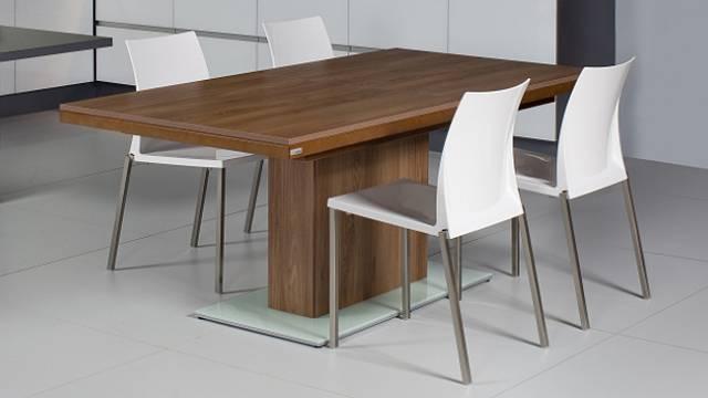 Nejen proto se kolem stolu KJS11 vejde dvanáct osob, přispívá ktomu také rozkládací deska. Vybavena je synchronizovaným mechanizmem umožňujícím snadné rozložení pouze jednou osobou. Vkládáme dvě desky, které jsou prakticky uloženy vútrobách stolu. Ma...