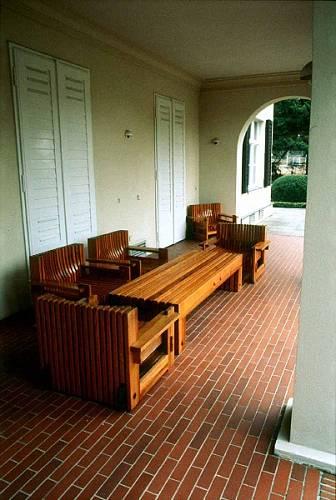Starý lehký a historický nábytek byl nahrazen masivním.