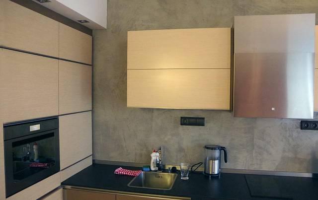 Kuchyňská část má po levé straně vestavěnou skříň s malou multifunkční troubou a lednicí (bez mrazáku!)