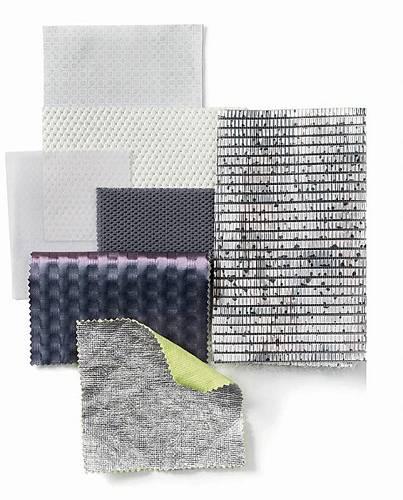 Využívají se metalické a reflexní povrchy, jednobarevné vzory a průhledné materiály stejně tak jako živé, ale decentní povrchy.