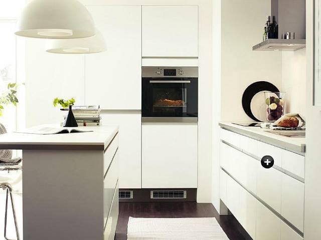 V bíle vymalované kuchyni působí bílý nábytek velmi lehce a nenápadně, současně se na bílých stěnách milosrdně ztrácejí všechny technické bílé prvky – vypínače, zásuvky, dveře, topná tělesa apod.