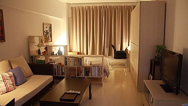 Oddělení části na spaní můžete provést malou knihovnou. Klesající stupně pak nerozdělí pokoj tak násilně.