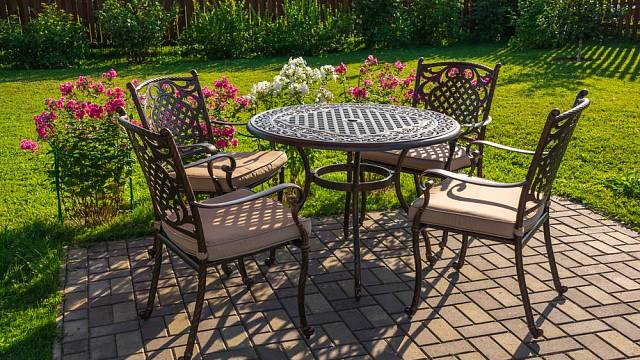 Hliníkový nábytek na sebe bere podobu od moderního designu, přes retro, až po romanticky historizující kousky.