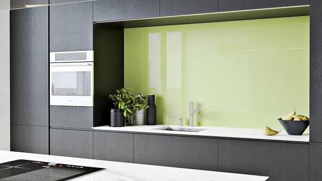 Lakované sklo jako záda kuchyňské linky