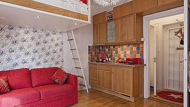 Extrémně malý byt a jeho řešení spaní na mezipatře. Všimněte si výborně využitého prostoru pro skříňky.