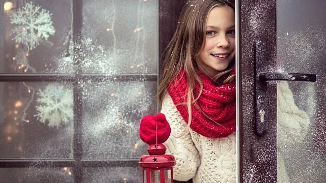 Dívka ve dveřích