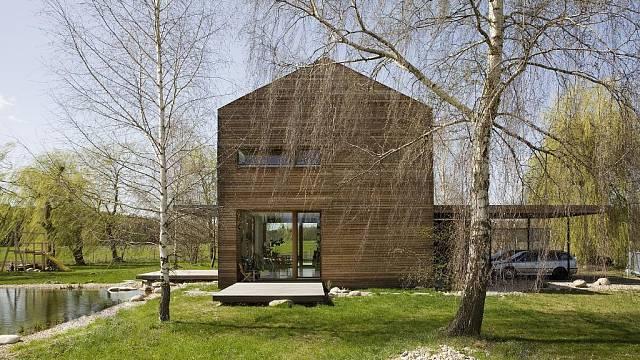 Jednoduchost, funkčnost a příjemné prostředí charakterizuje dům v Polabí, který je dílem architektonického studia Mimosa.
