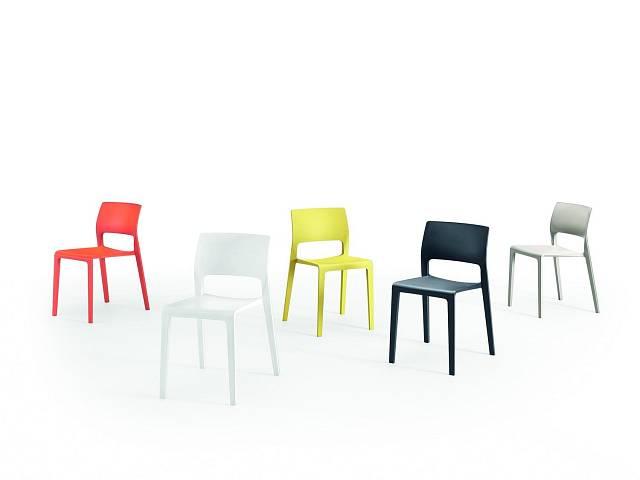 Židle Juno je příkladem univerzálnosti, jednoduchosti a elegance plastových židlí. Lisovaná v jediném výrobním kroku se vyrábí ve čtyřech modifikacích: s plnými nebo odlehčenými zády, s a bez područek, a v pěti barvách. Ve všech variantách je stohovate...
