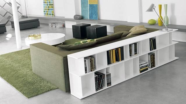 Skvělý úložný prostor pro knihy může opticky oddělit obývací pokoj od jídelny či kuchyně.