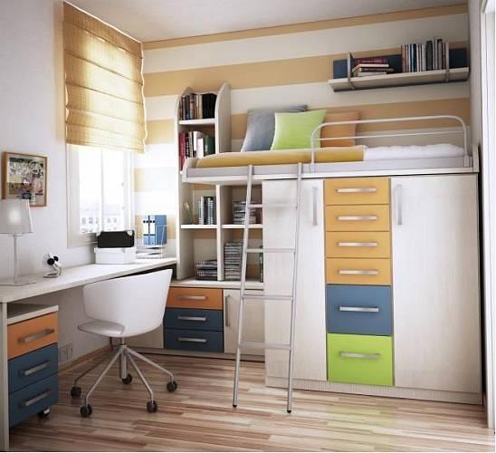 Minimum místa, ale maximálně využito! Tady je postel ve výšce a pod ní jsou umístěné velké úložné prostory.