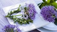 Jako závěs do zahrady skvěle vynikne srdíčko z buxusu, ozdobené česnekovou nádherou a převázané mašlí ve fialové barvě.