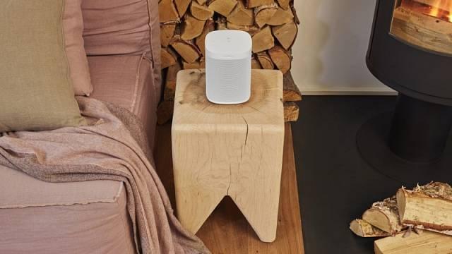 Reproduktor Sonos One doma užijete všude, dá se připevnit na stěnu, strop nebo položit třeba na stoličku. Díky odolnosti proti vlhkosti se hodí i do kuchyně či koupelny, cena 6290 Kč.
