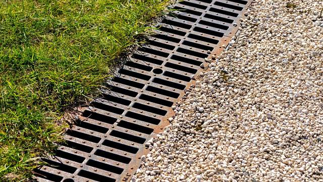 Povrchový kanálek by měl být pvním stupněm zachytávání vody