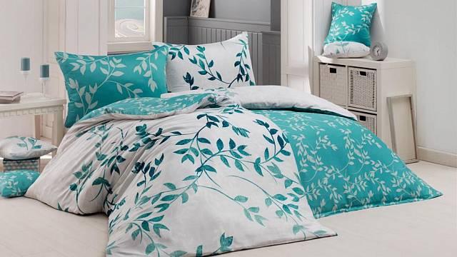 V ložnicích jsou letos trendy odlehčené vzory v odstínech petrolejově zelené.