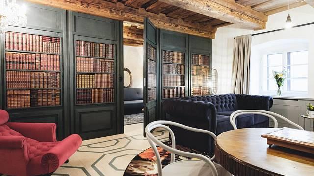 Pokoj č.2 - Mák. Je jediný dvoupokojový apartmán v hotelu. Může se v něm ubytovat až 6 hostů. Ložnice je přístupná tajnými dveřmi v knihovně. Jen vypínač napoví, kudy vejít. Je zde dřevěný strop, na podlaze jsou smrkové fošny s namalovaným vzorem. K le...