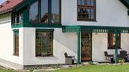 Jednoduchá pergola poskytuje příjemný stín pro venkovní sezení