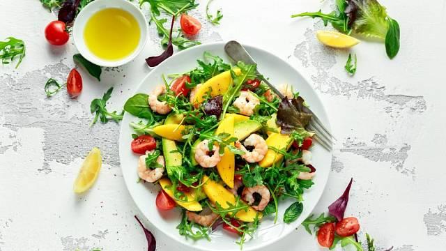 Salát s krevetami, cherry rajčátky a mangem, zakapaný citrónovou šťávou