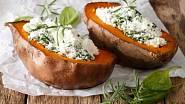 Pečené batáty plněné sýrem feta se špenátem