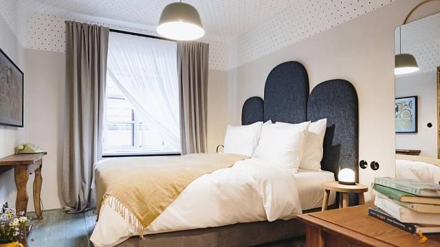 Pokoj č.3 - Heřmánek. Pokoj prezentuje nejmenší typ ubytování v hotelu – tzv. útulny. Na smrkových prknech je zelený olej. Stěny jsou šedé a na stropě jsou namalované puntíky. Čelo postele je na vyrobeno na míru. Foto: Thomas Skovsende