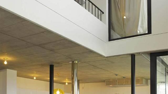 Dispozice domu je hodně otevřená, připomíná loftové bydlení.