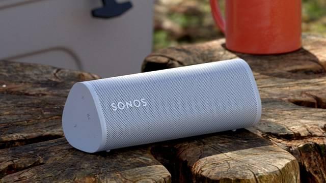 Reproduktor Sonos Roam sedá připojit přes Wi-Fi nebo i Bluetootha ovládá se prostřednictvím aplikace nebo hlasového asistenta, cena 5290 Kč