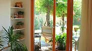 Není dřevostavba jako dřevostavba. Konstrukce a skladba stěn dřevostaveb se velmi liší. Zde jde o dřevostavbu montovanou z konstrukčních panelů – kompletně připravených zateplených stěn s podkladovou vrstvou omítky a osazenými okny a vchodovými dveřmi ...