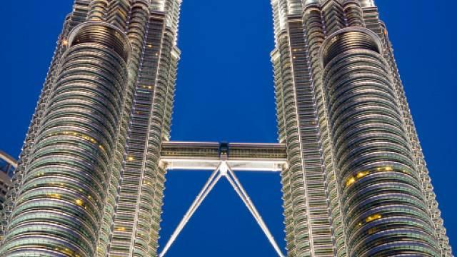 Od samotného dokončení v roce 1996 se dvojice mrakodrapů Petronas Twin Towers stala ikonou Malajsie. Dosahuje výšky 452 metrů a ve 170 metrech nad zemí obě budovy spojuje 58 metrů dlouhý most, který je přístupný veřejnosti. Stavba mrakodrapů vyšla na 1...