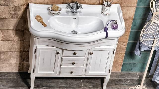 Koupelnový set Retro obsahuje půvabnou skříňku, umyvadlo a zrcadlo v rámu, cena celkem 51 940 Kč.