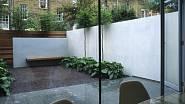 ### Plusy betonu:  * dlouhá životnost (až 50 let) * odolnost vůči povětrnostním vlivům, pevnost a hluková bariéra * různé designové možnosti a povrchové úpravy * v podstatě bezúdržbový * cenová dostupnost  ### Minusy betonu * někdy příliš strohý vzhled...