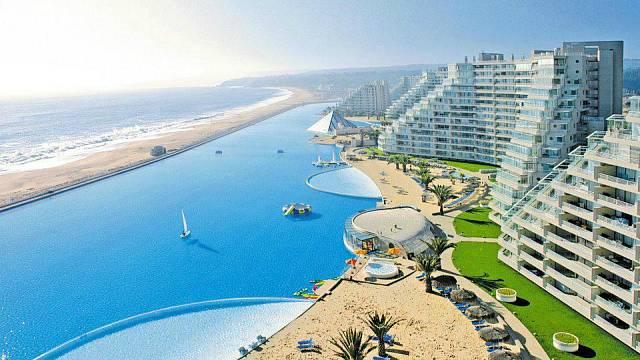 Tohle je největší bazén světa - je v Chile a na délku má něco přes kilometr.