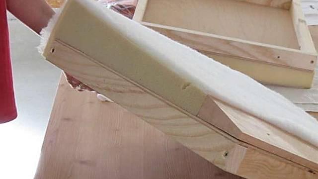 Podle rozměrů sedáku vystřihneme z papíru či textilie šablonu pro celý potah křesla – přední i zadní část opěradla a vrchní část a boky sedáku. Jestliže máme původní potahovou látku, můžeme šablonu vystřihnout podle ní, předtím ale ověříme rozměry. ...