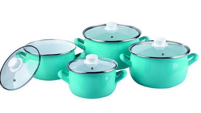 Hrnce ze smaltované oceli lze svěřit myčce nádobí, doplňují je poklice s otvorem pro unikání páry, cena 8dílné sady 1799 Kč.