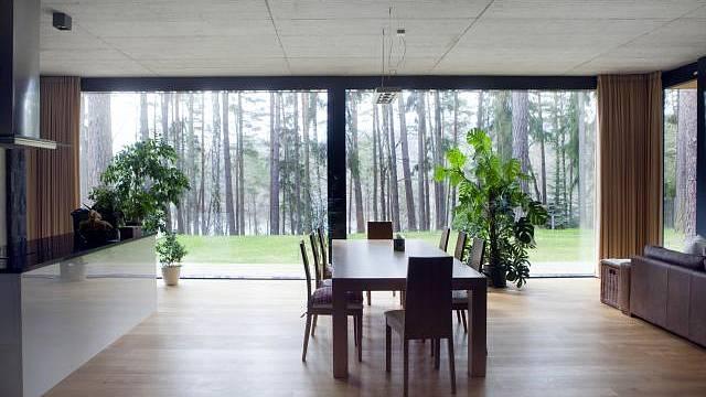 Interiér vily v Jevanech je zařízený v jednoduchém stylu