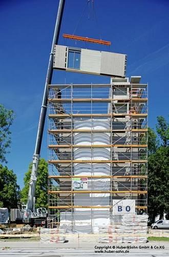 Za podpory vědců z Technické univerzity v Mnichově, Vysoké školy v Rosenheimu a ift Rosenheim postavili specialisté na dřevěné stavby z firmy Huber&Sohn v jihoněmeckém Bad Aiblingu nejvyšší dům na bázi dřeva v Německu.