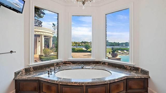 Koho byste do této vany posadili? Kdo by se sem hodil? Ano, máte pravdu - Donald Trump Jr.