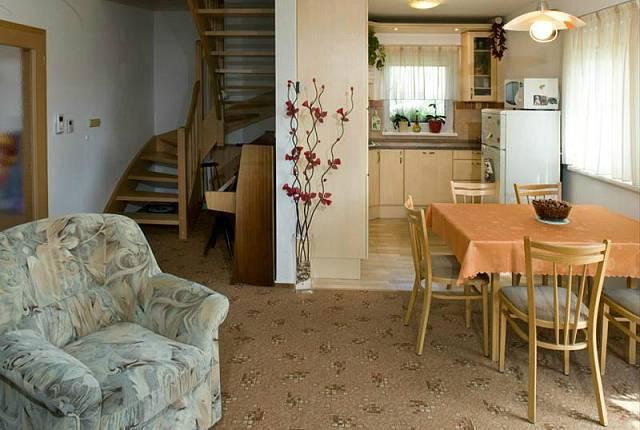 I v interiéru hraje dřevo důležitou roli.