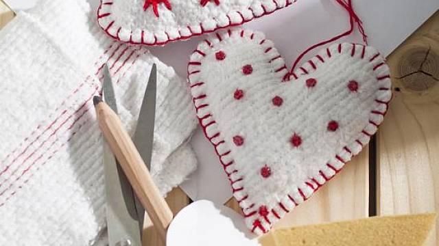 Novou prachovku, papír, nůžky, molitan, bavlnky, korálky, jehlu a nit.