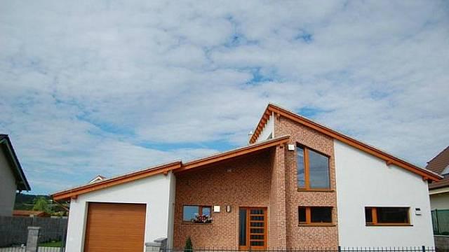 Dřevostavba a střecha v několika úrovních.