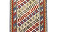 Hladce tkaný koberec Persisk Kelim Gashgai dokáže svým perským vzorem výborně oživit neutrální barevnost moderních interiérů. Ve velikosti 125 x 180 cm ho prodává Ikea (cena 4990 Kč)