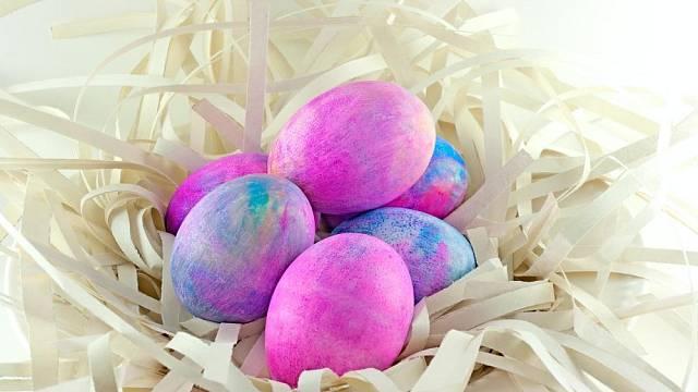 Vajíčka barvená s pomocí pěny na holení a potravinářského barviva