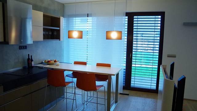 Pohled do kuchyně a části obývacího prostoru