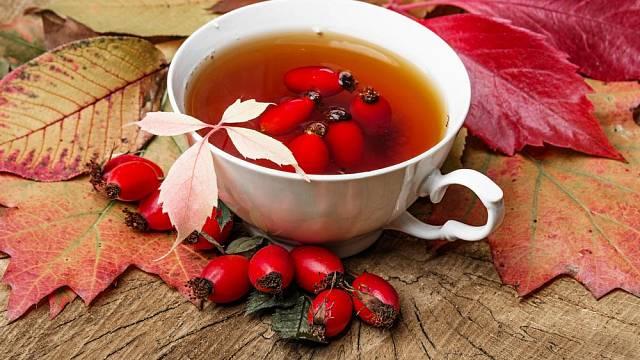 Čaj nechte dobře vylouhovat, abyste z plodů získali hodně vitaminů a zároveň si vychutnali jemnou sladkou chuť.