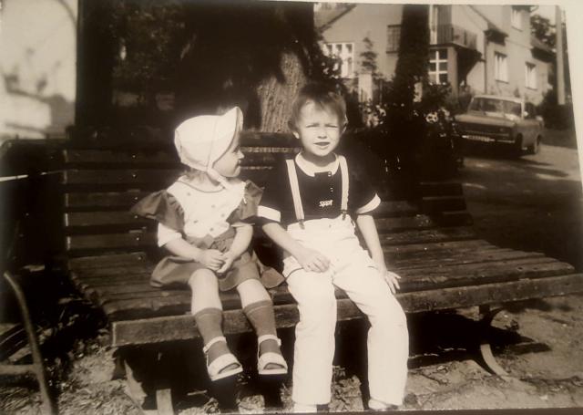 Děti na lavičce u lípy. Ta by se měla na místo vrátit.